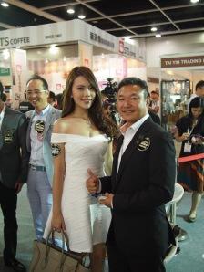 香港咖啡行業協會會長李葵(右) 及LULU (左)