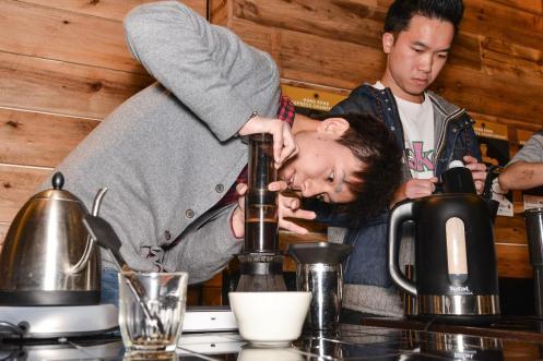 參賽者用自己的壓力把咖啡從愛樂壓壓出來