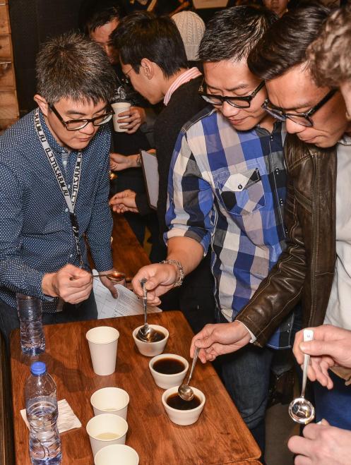 評審團正在評鑑參賽者所沖泡的咖啡