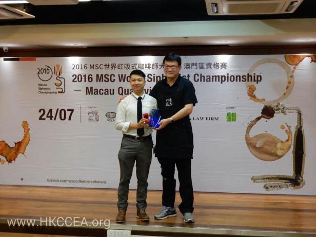 冠軍陳洪華 (左)及主審胡元正老師(右)