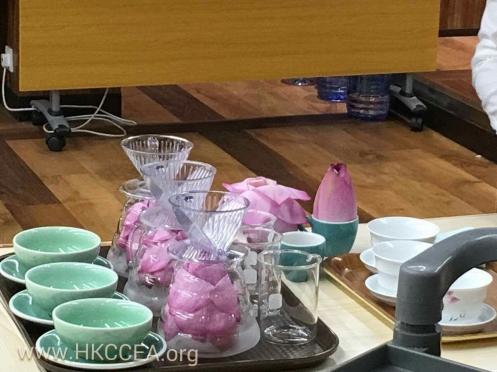 陳洪華的特色咖啡以荷花為主題,咖啡豆被放入荷花中一晚,吸取花香,在磨粉沖煮
